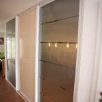 Schiebetüren vor dem Treppenhaus 3 teilig aus Glas und Fixelementen
