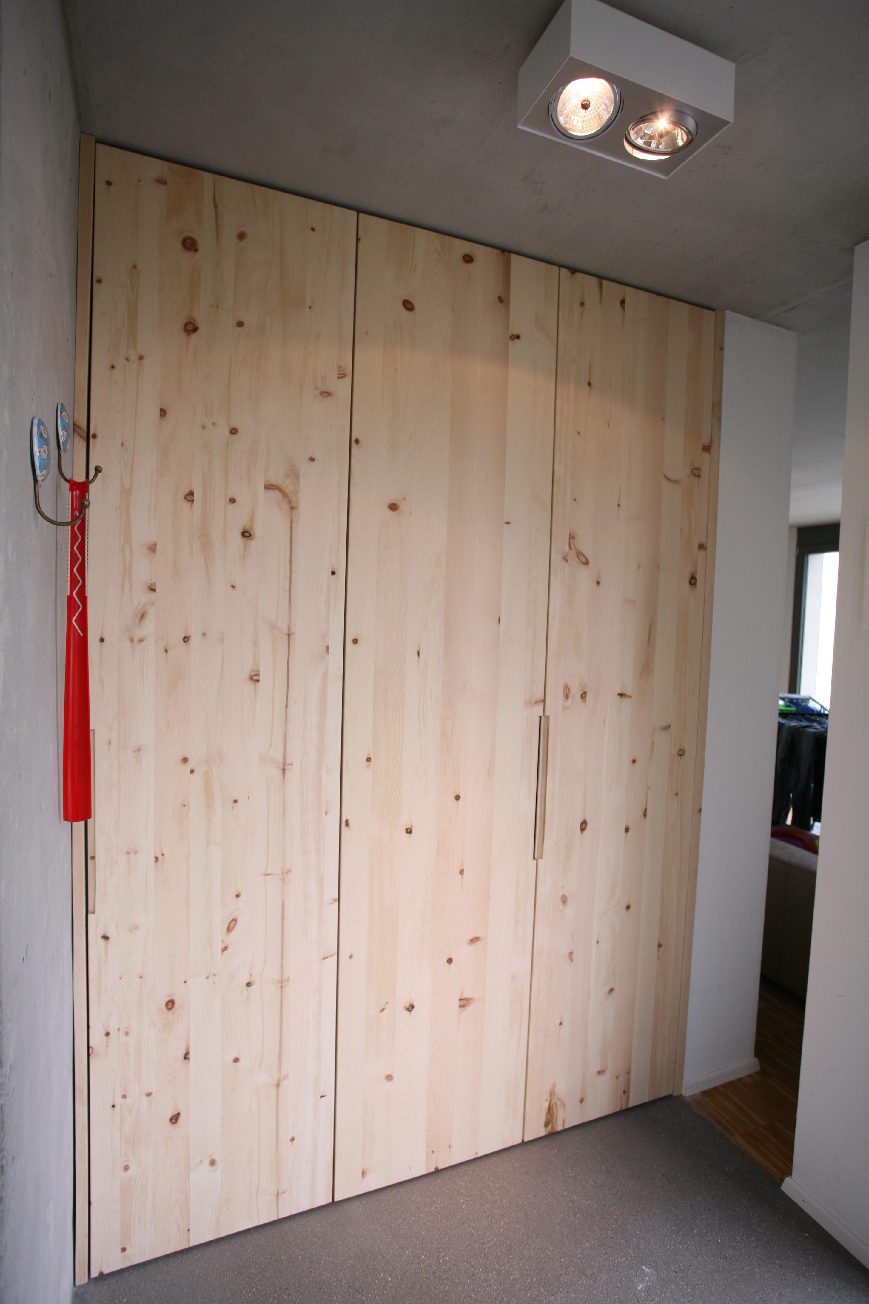 Garderobe aus Zirbe trifft Beton