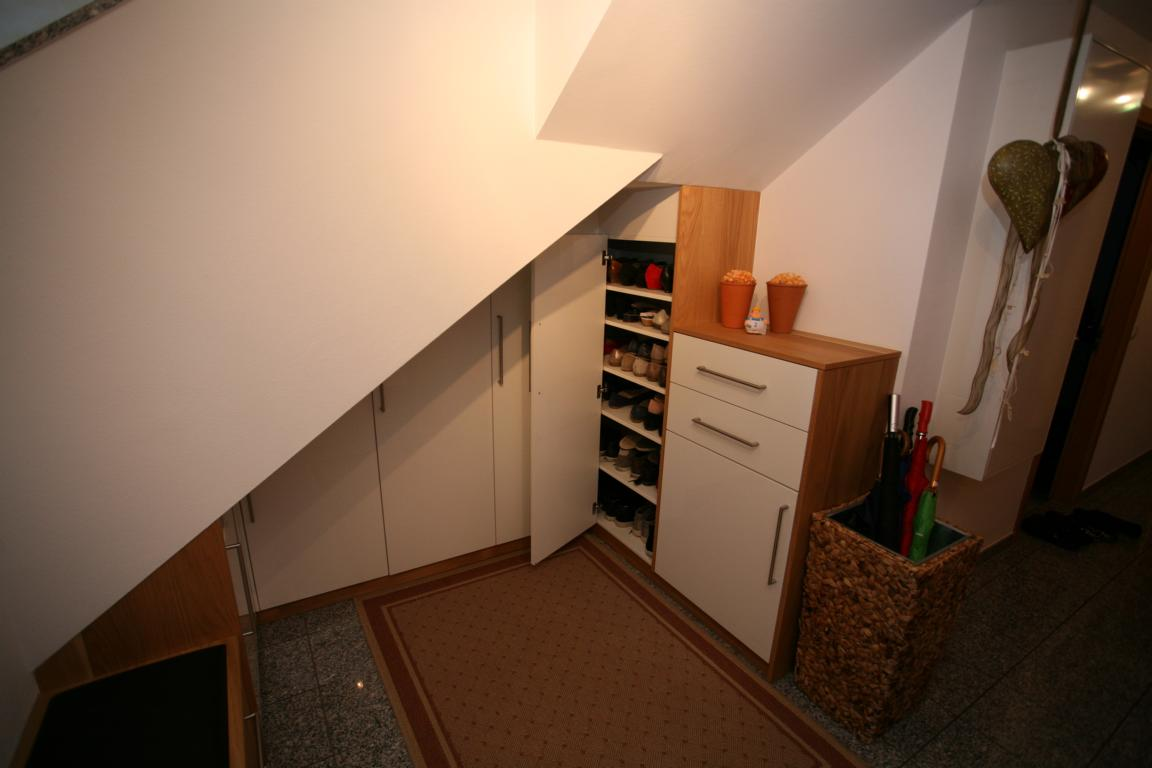 Schuhschrank unter einer Dachschräge