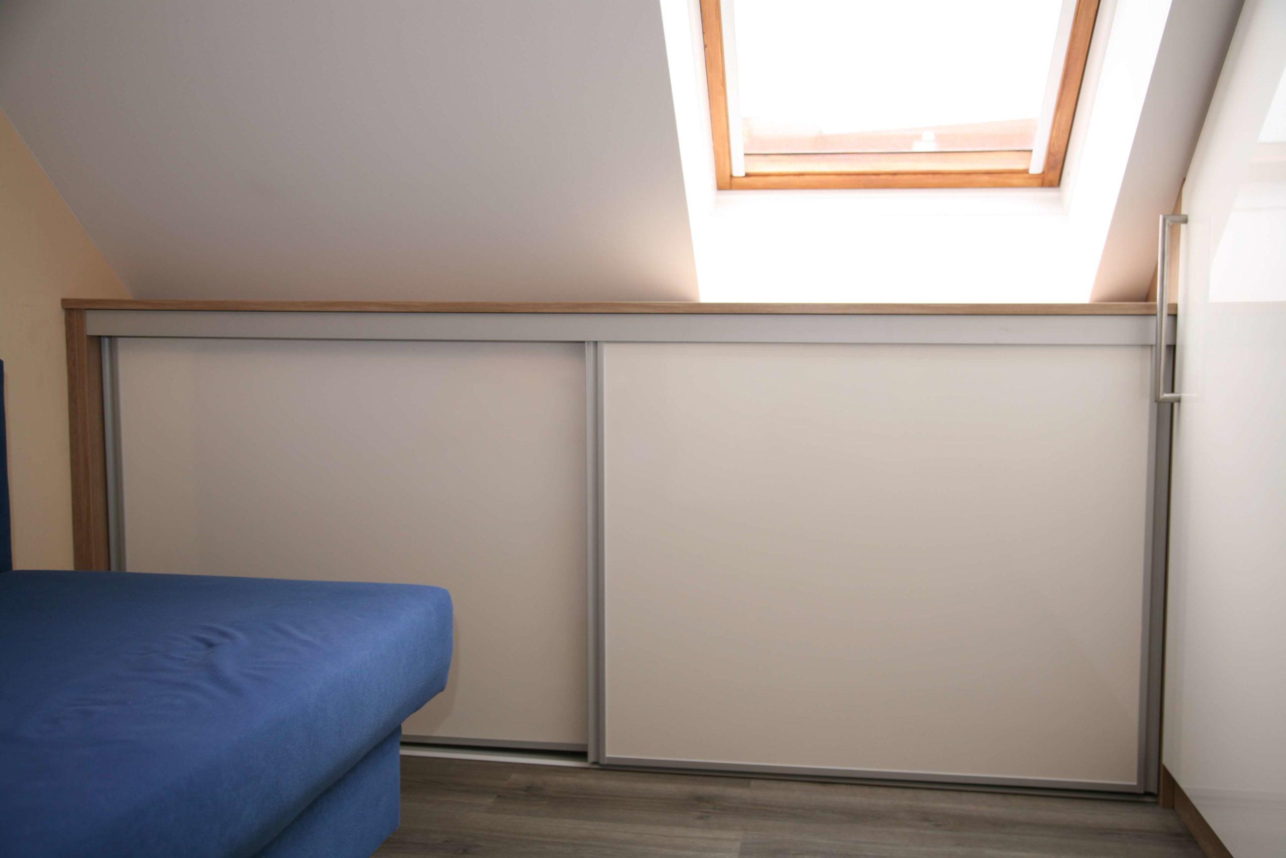 Dachschrägenschrank mit Türen und Fachböden für die Ablage