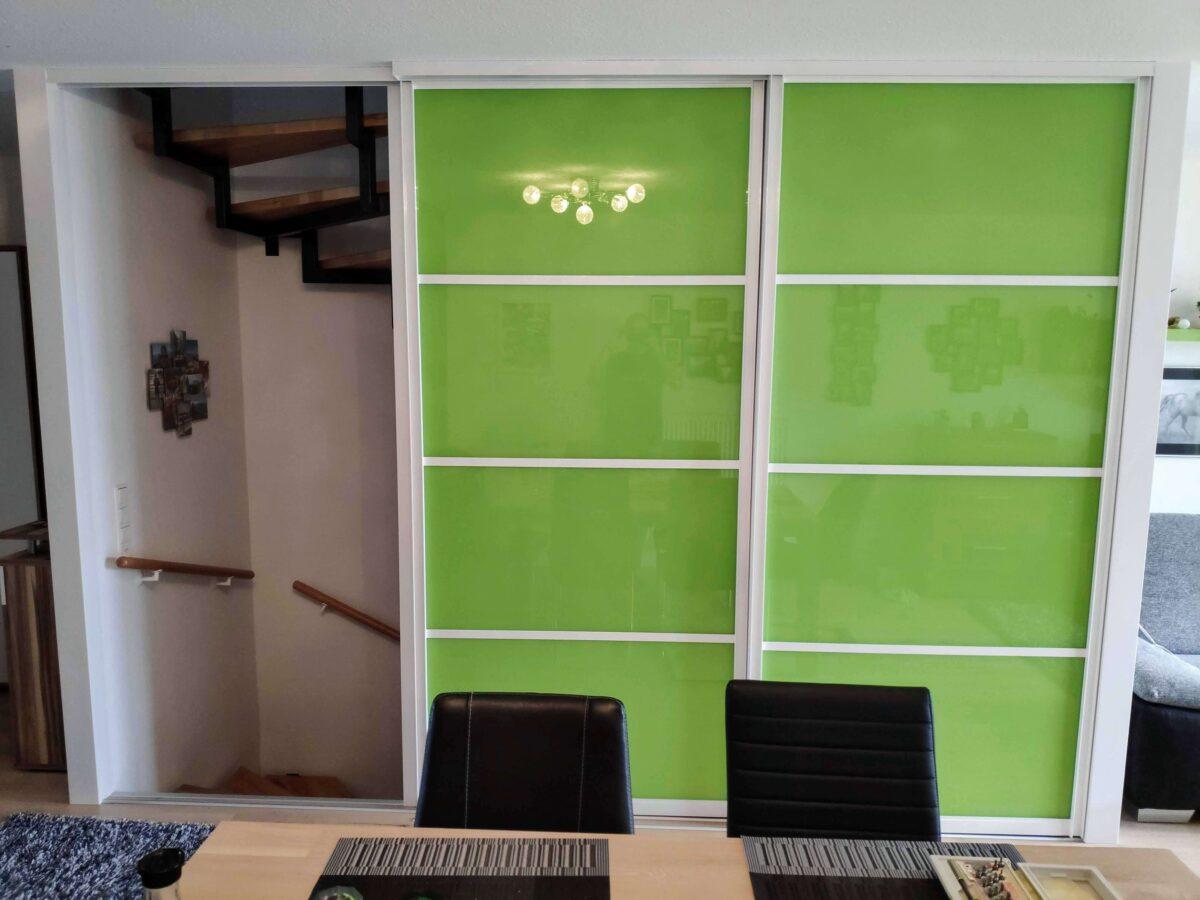 Schiebetüren am Treppenhaus Glas grün lackiert 2